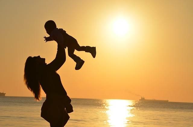 coger en brazos a los hijos