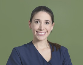 Marta es enfermera en la Clínica del Dr. Gustavo Sordo en Madrid
